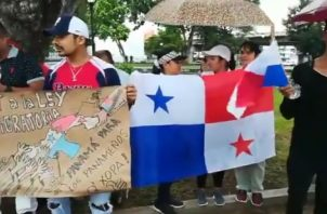 """Activistas del movimiento """"Panamá para los panameños"""" portaron pancartas de respaldo a ley migratoria.  Foto Twitter"""