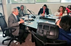 Juan Manuel Castulovich (i), miembro del Consejo de la Concertación, respondió dudas de los diputados.  Foto Cortesía