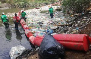 Trampas para botellas plásticas en Costa del Este reflejan el nivel de esta crisis ambiental en el país. Foto Archivo