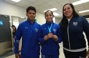 Jiménez (c) junto al atleta Bernabé Vergara y su entrenadora. Foto Anayansi Gamez