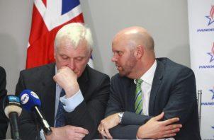 Graham Stuart, Ministro (izq.) junto a Damion Potter, embajador británico en Panamá. Foto Anayansi Gamez