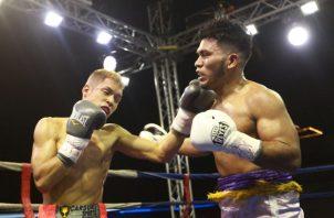 Combate entre Francisco Pachay (izq.) ante Félix Montenegro en la velada Emociones Extremas.  Foto Anayansi Gamez