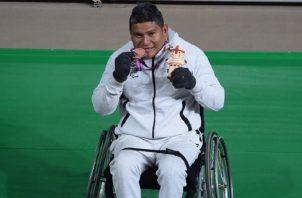 Gertrudis Ortega besa su medalla.