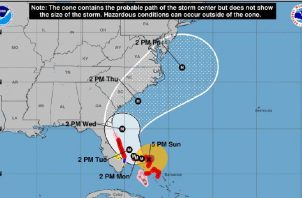 El huracán Dorian tocó tierra con fuertes vientos que rondan los 300 kilómetros por hora en las islas Bahamas. EFE