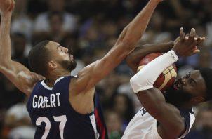 Rudy Gobert (27) en labor defensiva bloquea a Jaylen Brown. AP