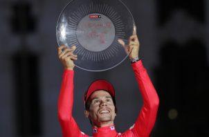 Primoz Roglic  festeja su conquista en la Vuelta a España. AP