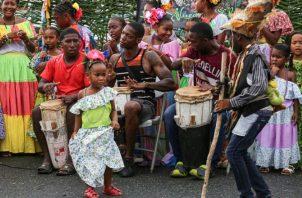Baile congo. Desde la infancia demuestran el amor por el baile congo, porque sus padres le han inculcado ese amor por sus tradiciones. Y, los pequeños aprovechan cada oportunidad para lucirse. Cortesía MICI.