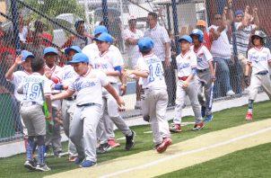 Los jugadores de Panamá Metro B celebran una de sus anotaciones ante Panamá Metro A. Foto Anayansi Gamez
