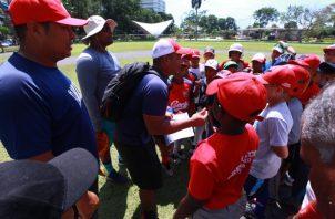 El piloto Francisco González conversa con los jugadores. Anayansi Gamez