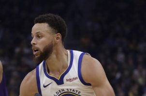Stephen Curry (der.) es figura de los Warriors AP