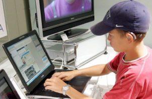 Un niño prueba un ordenador portátil .  EFE/Everett Kennedy Brown