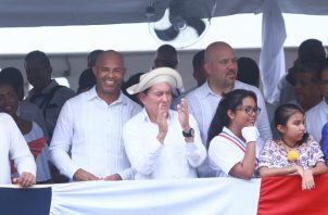 Mariano Rivera recibió de manos del presidente Laurentino Cortizo la bandera, luego recorrió la Calle 50 y estuvo un rato en la tarima. Anayansi Gamez