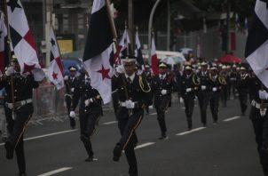Estudiantes del Instituto Rubiano portando el pabellón en la ruta uno de los desfiles. Foto: Victor Arosemena