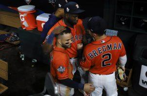Yordan Álvarez, José Altuve (izq.) y Alex Bregman de los Astros.Foto: AP