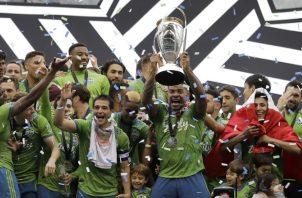Román Torres levanta la copa como campeón de la MLS. AP