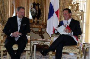 John D. Feeley conversa con Juan Carlos Varela en la presidencia de la República.