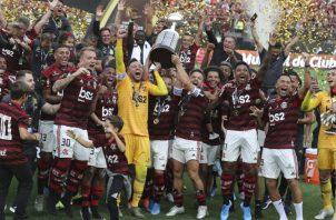 La celebración de los jugadores del Flamengo al recibir el trofeo de campeones de la Copa Libertadores. Foto AP