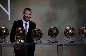 "Leo Messi recibió la distinción que anualmente entrega la revista especializada ""France Football"". Foto AP"