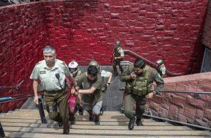 Detienen a dos manifestantes que se manifestaban dentro de la estación de metro en Santiago, Chile. FOTO/AP