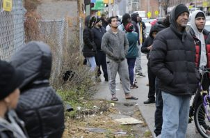 Ciudadanos observan lo ocurrido. FOTO/AP