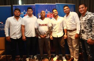 Luis Ortiz junto a peloteros profesionales. Anayansi Gamez