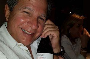 """Foto de """"Popi"""" Varela con un vino etiquetado con la figura de una Tortuga, enviada por Alemán."""