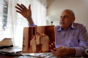 El exjefe de Inteligencia panameño Felipe Camargo muestra una fotografía con Fidel Castro. Foto EFE