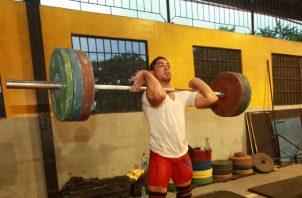 Ariel Batista, quien ganó tres medallas de oro en el Centroamericano de  pesas, entrena en el Arturo Brown. Foto Anayansi Gamez