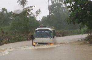 Calles anegadas dejaron las lluvias que llevan tres días en la provincia de  Bocas del Toro. Diómedes Sánchez