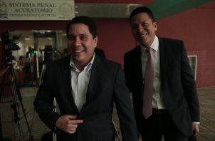 Mario Pérez (der.), exdirector del Instituto Panameño de Deportes (Pandeportes) a quien se le aplicó la medida de firma una vez al mes. Víctor Arosemena