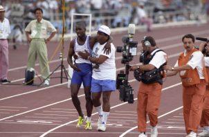 Derek Redmond, en compañía de su padre Jim, termina la carrera de los 400 metros. EFE