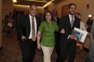 Kenia  Porcell junto a Rolando Rodríguez (izq.) y David Díaz, secretario y subsecretario general del Ministerio Público, respectivamente.    Foto Víctor Arosemena
