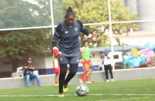 """Yenith Bailey durante el entrenamiento de la Selección Femenina de Fútbol de Panamá en el """"Cascarita"""" Tapia. Foto Anayansi Gamez"""