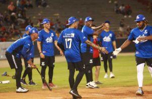 Vladimir Guerrero Jr. anota una carrera para el Equipo Azul ante el saludo de Johan Camargo. Anayansi Gamez