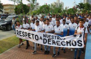 Futbolistas en su marcha ayer rumbo a la Presidencia. Foto: Tomada de Sporting