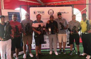 Los jugadores más destacados del Carpe Diem Open posan con su trofeo del águila harpía. Cortesía