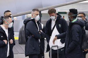 Jugadores de fútbol del equipo búlgaro  Ludogorets con máscaras. AP