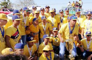 Los jugadores herreranos a su llegada a la provincia comparten con algunos seguidores. Fotos Thays Domínguez