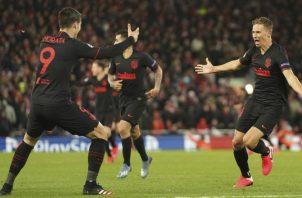 Marcos Llorente (derecha) celebra su gol con Álvaro Morata. Foto AP