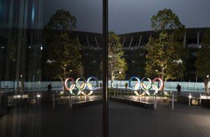 Los anillos olímpicos se reflejan en la fachada del Museo Olímpico de Japón en Tokio. AP