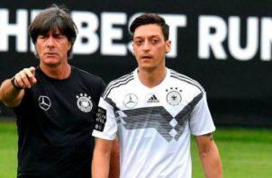 Joachim Löw (izq.) es el técnico de la selección de Alemania. Foto:EFE