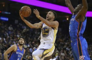 Stephen Curry es figura de los Warriors. Foto: AP