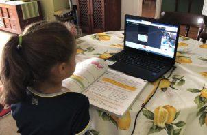 Lucy Molinar asegura que todos los docentes que están capacitados para dar clases utilizando la tecnología, deben hacerlo. Cortesía