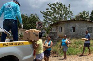 Mariano Rivera envió cajas de alimentos a la comunidad de Puerto Caimito en su aporte contra el coronavirus. Foto: Cortesía