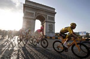 Egan Bernal de amarillo es el actual campeón del Tour de Francia. AP