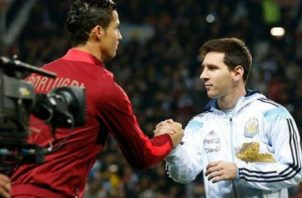 Cristiano Ronaldo y Messi se saludan.  Foto:AP