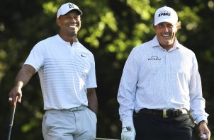 Tiger Woods (izq.) y Phil Mickelson. Foto:AP