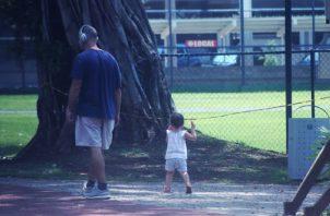 Varios padres han aprovechado la oportunidad para que sus hijos tengan contacto con la naturaleza  y caminen. Víctor Arosemena