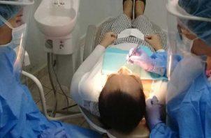 Los odontólogos están también en la primera línea de atención ante el COVID-19. Archivo.
