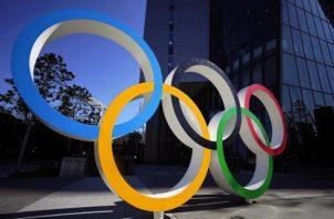 Los anillos olímpicos en la ciudad de Tokio. Foto:AP